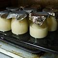 烤盤中加入熱水開始烘烤