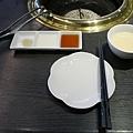屋馬燒肉 沾醬:昆布鹽、檸檬汁、燒肉醬 旁邊那碗是雞湯