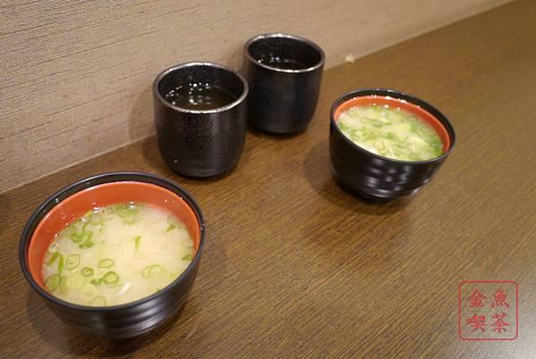 丼自慢 自取的味噌湯跟麥茶
