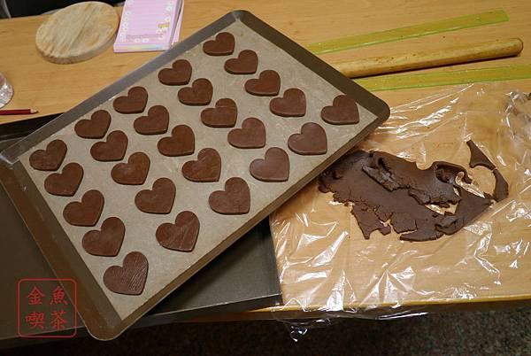 巧克力棉花糖夾心餅乾 使用愛心模型壓出形狀