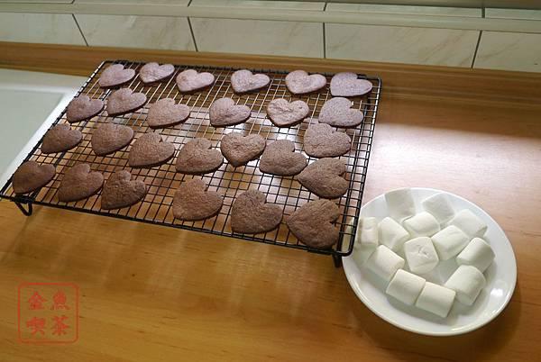 巧克力棉花糖夾心餅乾 放涼之後開始組盒餅乾及棉花糖