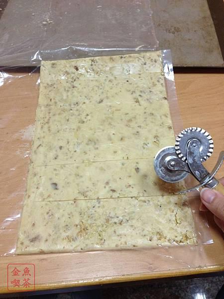 蜂蜜核桃餅乾 拿輪刀切片