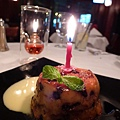 餐廳贈送的濕潤鬆軟馬芬蛋糕特寫
