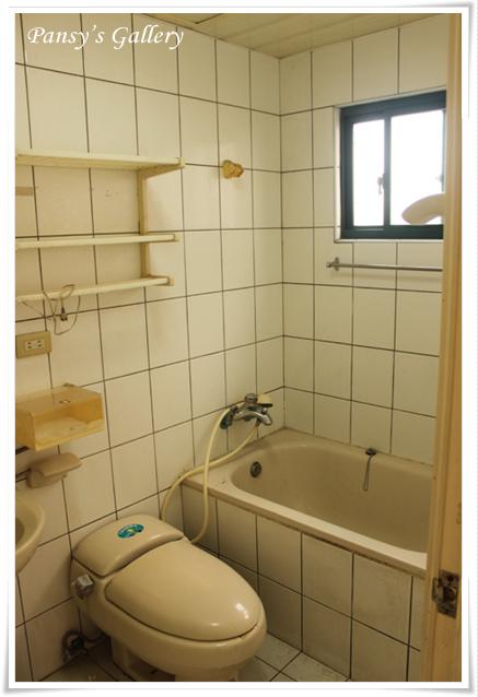 06_主臥廁-拆前.jpg