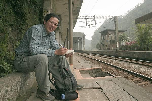 【B-11】劉克襄在月台.jpg