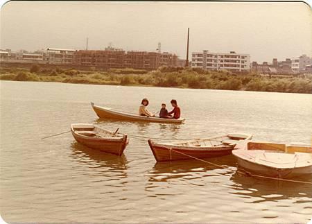 圖E-4.新店溪河畔曾經有小船提供遊客泛舟(紀州庵老住戶施振仁提供)