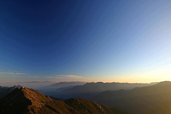 日出前的玉山