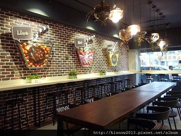 vita6-牆上裝飾和桌椅.JPG