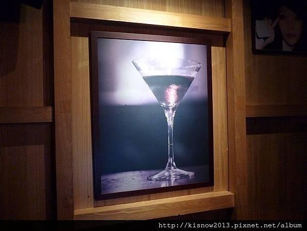 樹下11-牆上酒杯像.JPG