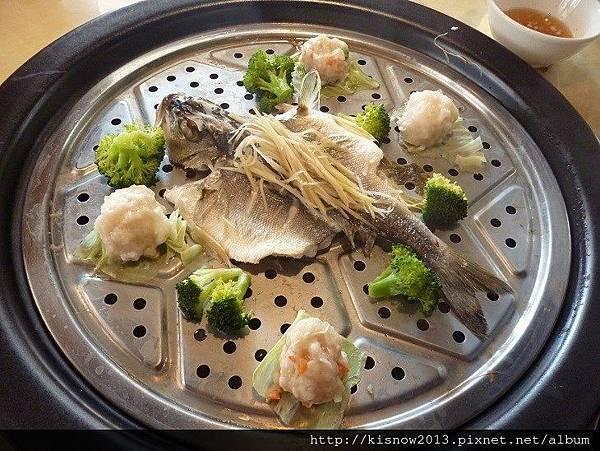 海之味65-蒸好的鮮魚和花枝漿.JPG