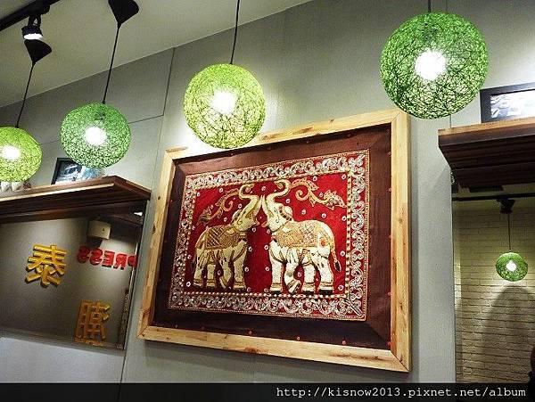 泰潮11-天花板燈飾與大象圖案.JPG