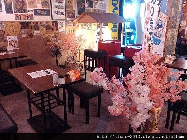 老串燒8-室內桌椅與櫻.JPG