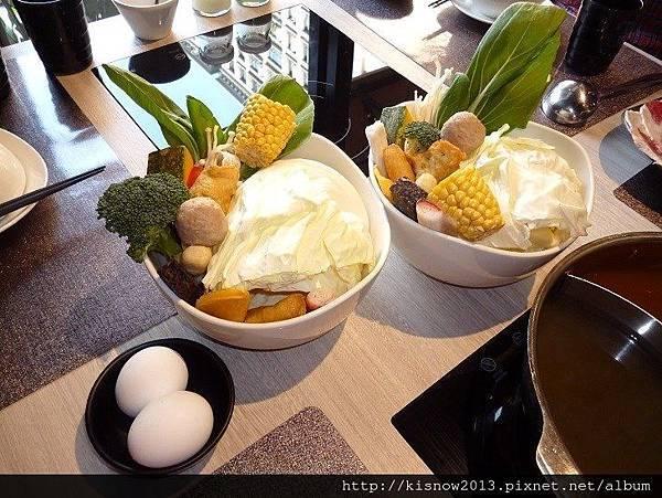 覓精緻鍋物22-綜合菜盤與雞蛋.JPG