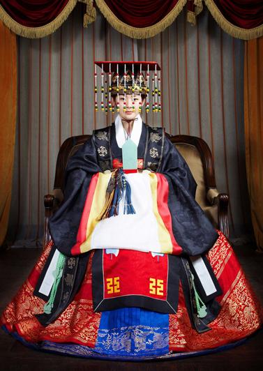明世彬在《宫S》中的女皇帝-2.jpg