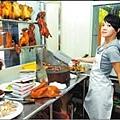 無敵珊寶妹」拍戲現場,郭采潔展現雙刀火雞的氣勢.jpg