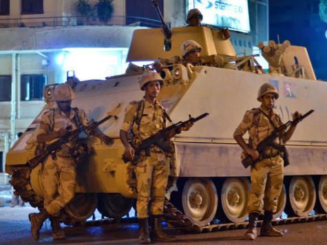 在開羅大學附近的軍方維安人員