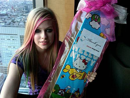 Avril-her-new-hello-kitty-sk8tboard-haha-avril-lavigne-18705115-640-480