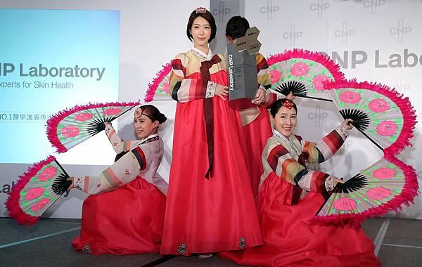 今(2)日為迎接CNP Laboratory登台,身為韓國人的宋米秦特別精心準備一段韓國傳統扇子舞,慶祝韓國NO.1醫美護膚品牌正式進駐台灣!