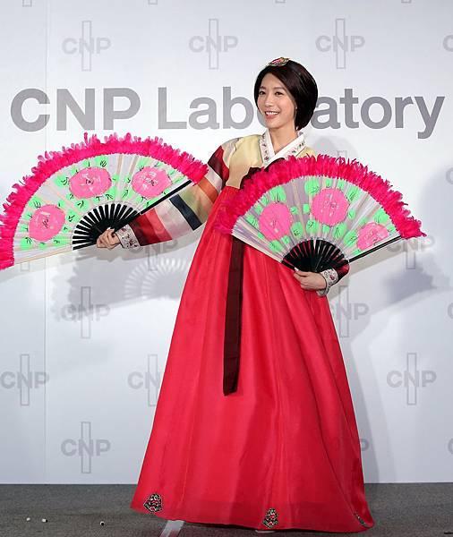 身為道地韓國人的宋米秦,今(2)日特地穿上傳統韓服,出席CNP Laboratory台灣上市記者會,推薦韓國正宗第一保養品牌,也恭喜CNP Laboratory嫁入台灣!
