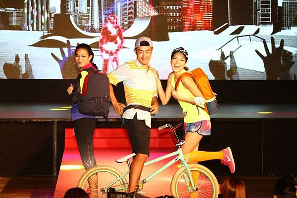 3.【Samsonite RED紅潮來襲秀_城市休閒族】提供愛好運動、享受運動的年輕族群最棒的選擇,輕便又時尚!