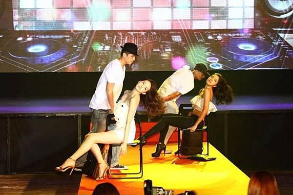 4.【Samsonite RED紅潮來襲秀_社會上班族】伊林名模性感熱舞,展現Samsonite RED熱情活潑的一面