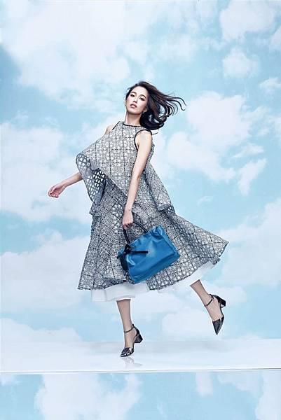 3.陳庭妮以俏皮姿態演繹borsalini舞動波浪系列包款