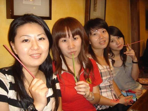 大姊-私,二姊-佳琪,五妹-阿欣,三妹-淑媚 與吸管們的合照