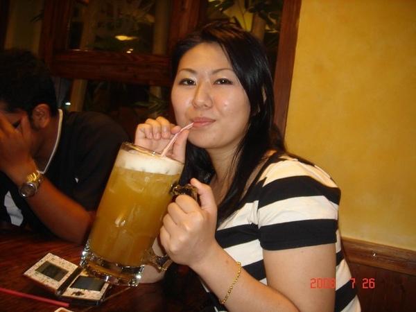 好大杯的蜂蜜綠啊~臉看起來有沒有比較小啊 ^^