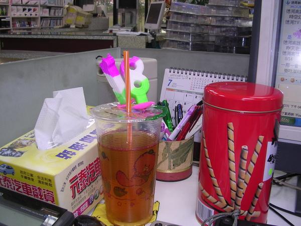 莊老闆替我插的生日飲料~~