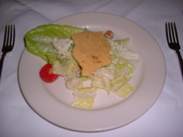 很貼心的替我們分盤,忘了什麼沙拉,應該是凱薩沙拉吧 上面的那一塊是長的很像餅乾的起士餅
