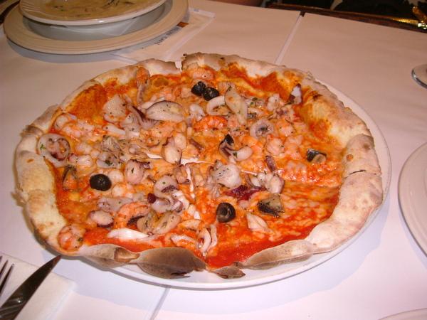 綜合海鮮PIZZA,你看看餅皮薄脆,料又多