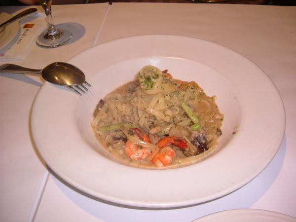 忘了叫什麼,奶油蘑菇鮮蝦麵吧,醬汁跟麵條,料也很多,好吃好吃