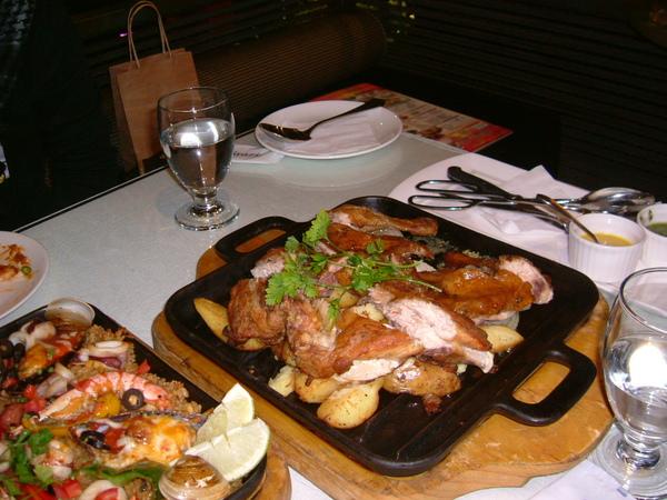 但他的很大隻,和烤飯放一起,桌上都快滿了