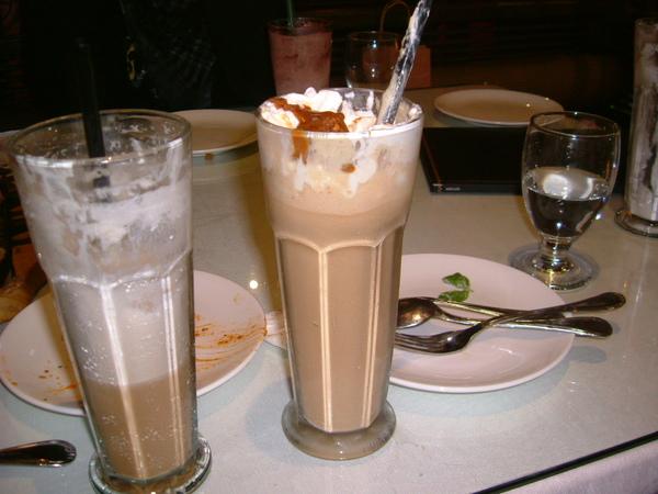 喝飲料神速的苦肉,又再點一杯,什麼焦糖XX的冰沙,真的好愛喝飲料喲