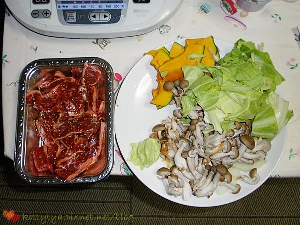晚餐是昨天買的特價烤肉+今天內田君買的蔬菜類