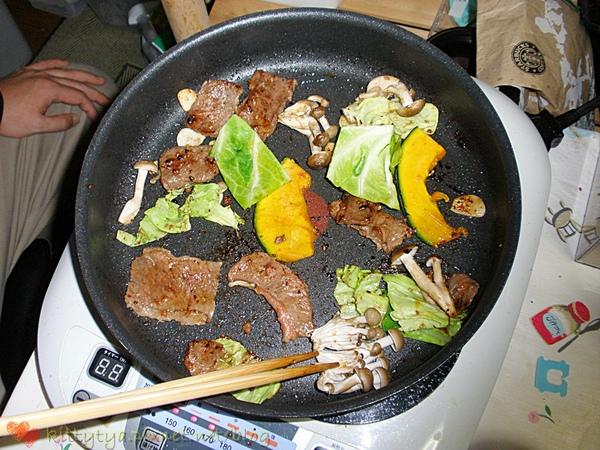 肉很嫩,南瓜很甜,好好吃,菇菇和高麗菜也好吃~~但吃烤肉會胖就是了>O<