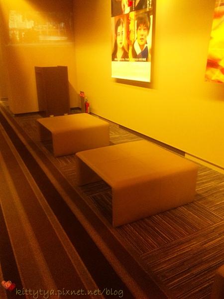 裡面的沙發,坐著等上厠所的人