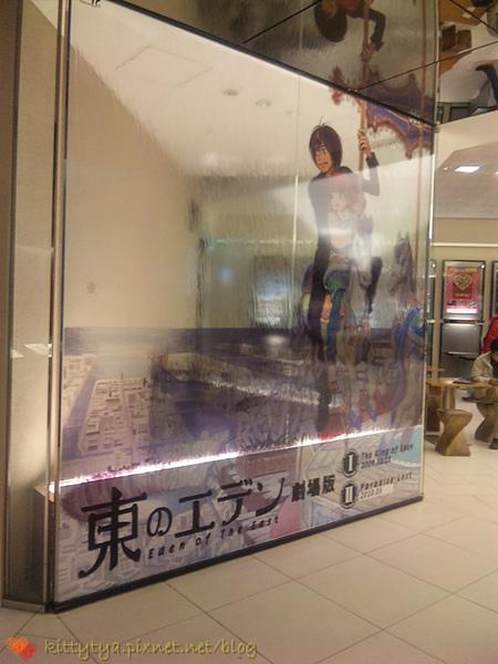 入口二側有二面水流式廣告看板,很美