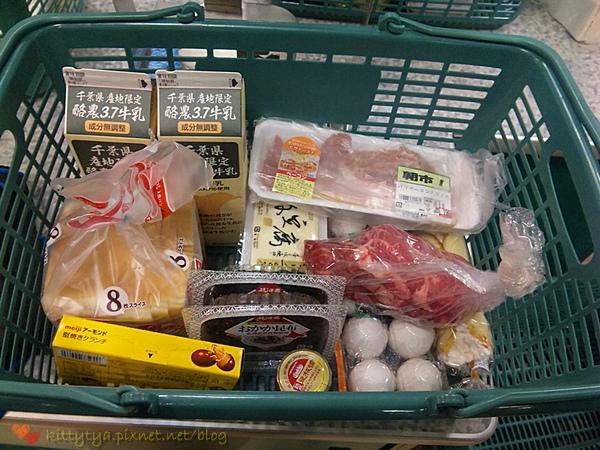 今天也買了不少,鮮奶買了2瓶,雞蛋也有1盒