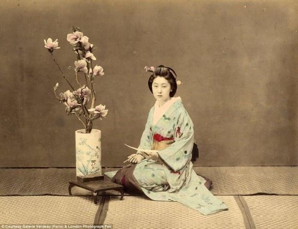 生け花をいける女性