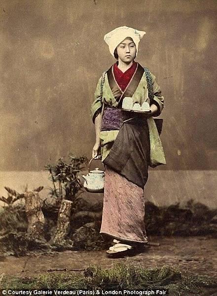 お茶を運ぶ女性