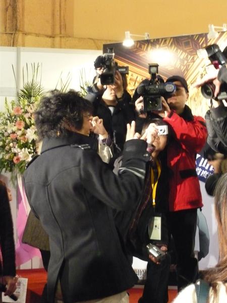 勝平桑接受媒體拍照