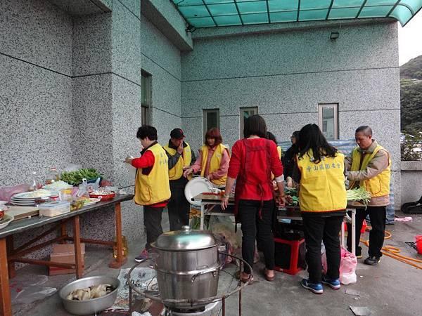 1031221第四季社會團務會報晚餐準備中 (5).jpg