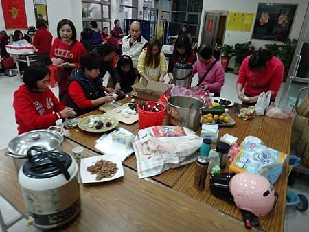 1031221第四季社會團務會報晚餐準備中.jpg