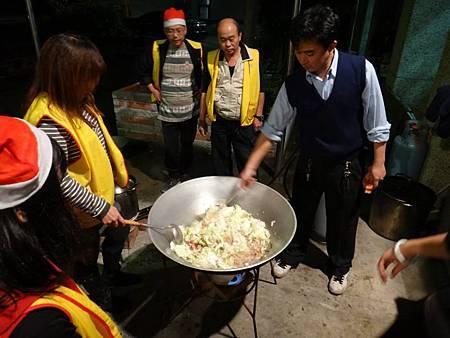 1031221第四季社會團務會報晚餐準備中 (3).jpg