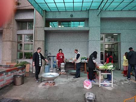 1031221第四季社會團務會報晚餐準備中 (4).jpg