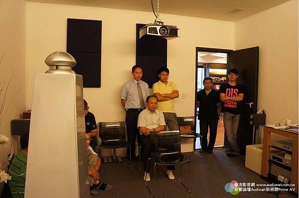 金門音響喇叭調音訓練-總經理邱聰明後面站著二個人,右邊是邱宇漢,左邊是新視聽雜誌業務經理小張