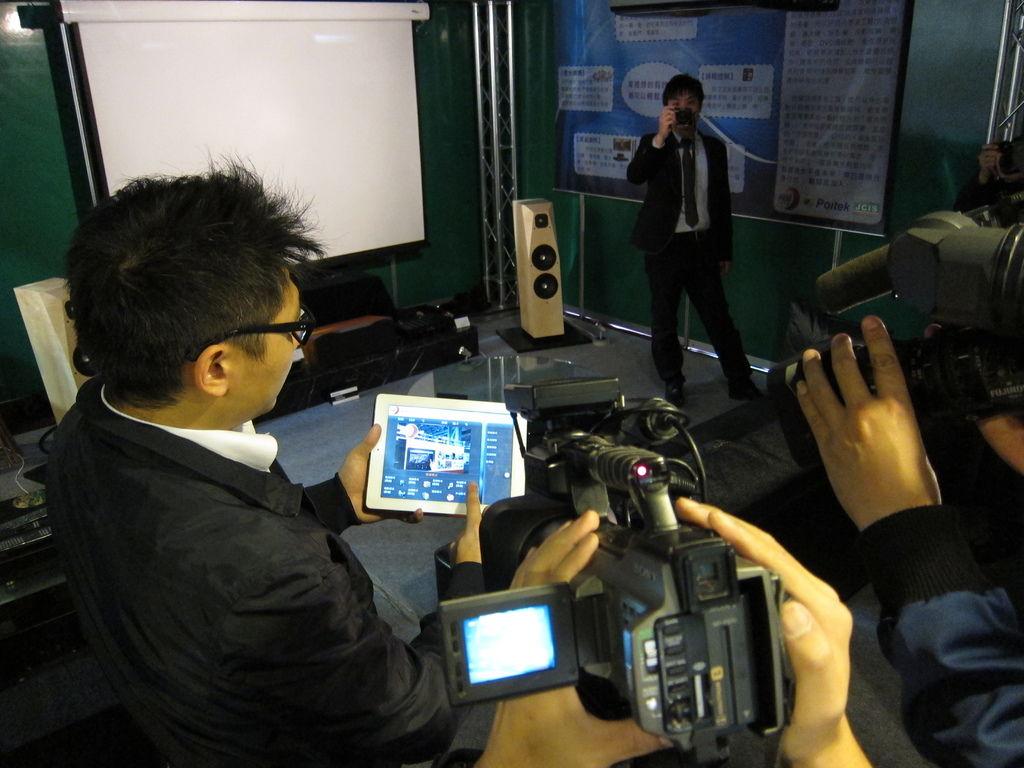 金門音響邱宇漢向電視媒體展示用KM智慧環控系統輕鬆控制家庭劇院
