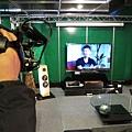 新聞媒體拍攝金門音響KM環控系統控制的家庭劇院區