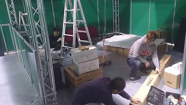 金門音響團隊工作人員,安裝AVALON音響和Jeff Rowland擴大機等設備中
